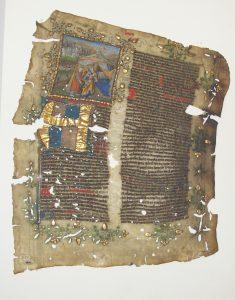 Een van de twee overgebleven bladen van een Bijbels handschrift, geschreven op perkament en fraai versierd met miniaturen. Dit blad bevat het begin van het (apocriefe) bijbelboek Judith en de miniatuur toont Judith met het hoofd van de Assyrische legeraanvoerder Holofernes, ca. 1435/1440 (PLA 313).