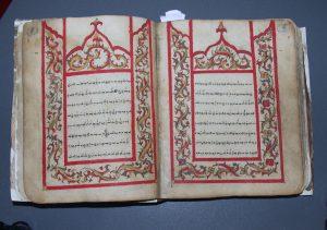 Buginees handschrift uit Zuid-Sulawesi, het vroegere Celebes. Dit met fascinerende illustraties verluchte handschrift vertelt het verhaal over de schepping van de wereld, 19de eeuw (hs. 8018).