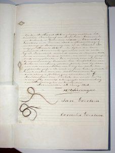 Brief van 1846 met in de marge twee kleine strengen haar opgeplakt van de gebroeders Evertsen: de lichtblonde van Johan naast de donkerblonde van Cornelis (hs. 6786 L).