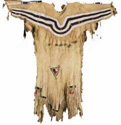 Leren jurk van de Zwartvoetindianen, eind 19de eeuw. Geschonken door M. Sprenger in 1932[ZM: B191-64]