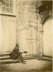 Zelandia Illustrata II-2770/5.Binnenplaats kasteelPopkensburg.Foto circa 1861. Hoog 11 cm, breed 8 cm.In bruikleen bij het Zeeuws Archief.