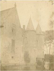 Zelandia Illustrata II-2770/3.Gezicht op kasteelPopkensburg.Foto circa 1861. Hoog 10,5 cm, breed 8 cm.In bruikleen bij het Zeeuws Archief.