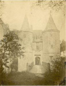 Zelandia Illustrata II-2770/2.Brug over de binnengracht naar hoofdingang. Foto circa 1861. Hoog 11,3 cm, breed 8 cm.In bruikleen bij het Zeeuws Archief.